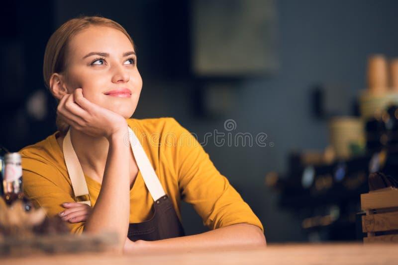 Στοχαστικό κορίτσι που ονειρεύεται στην εργασία στον καφέ στοκ φωτογραφίες με δικαίωμα ελεύθερης χρήσης