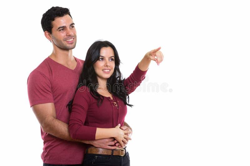 Στοχαστικό νέο ευτυχές ζεύγος που χαμογελά αγκαλιάζοντας το ένα το άλλο W στοκ εικόνες