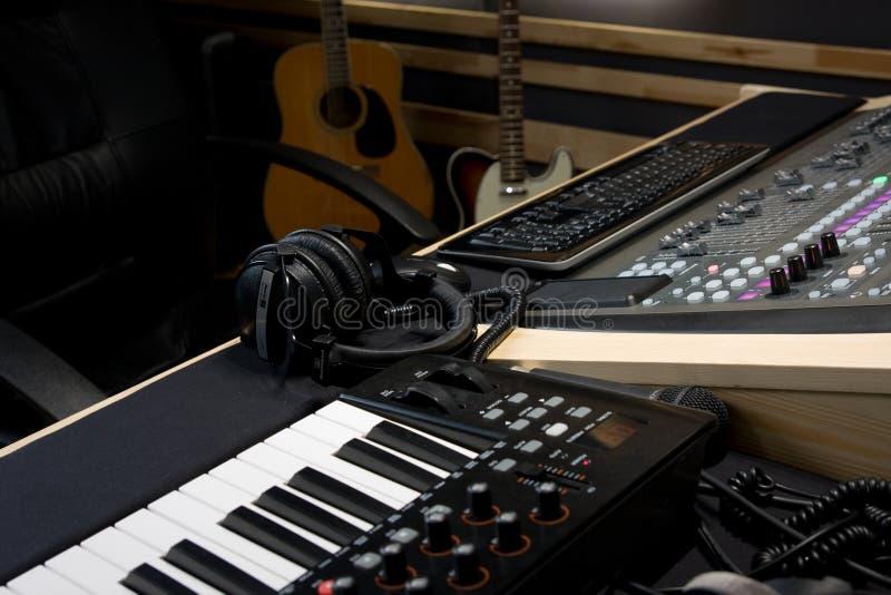 Στούντιο καταγραφής με τον ψηφιακούς αναμίκτη και το πληκτρολόγιο στοκ εικόνες