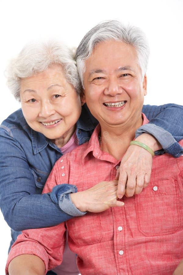 Στούντιο που καλύπτονται του κινεζικού ανώτερου ζεύγους στοκ φωτογραφία