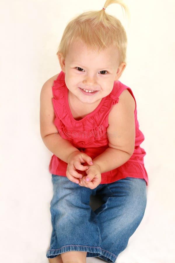 Στούντιο που καλύπτονται του ξανθού κοριτσιού μικρών παιδιών στοκ φωτογραφία με δικαίωμα ελεύθερης χρήσης
