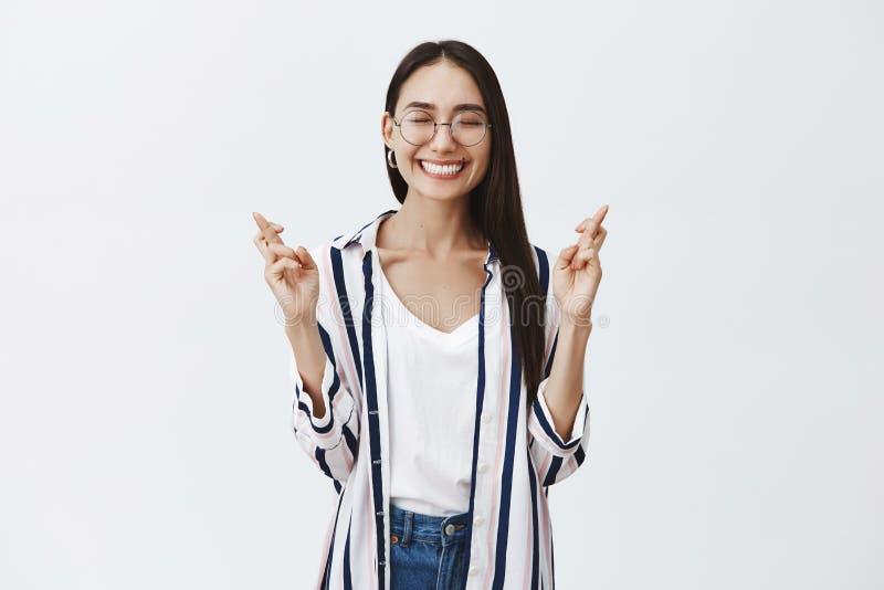 Στούντιο που πυροβολείται της χαρούμενης ευτυχούς και ξένοιαστης γυναίκας στα γυαλιά και τη ριγωτή μπλούζα, που χαμογελά χαρωπά μ στοκ φωτογραφία με δικαίωμα ελεύθερης χρήσης