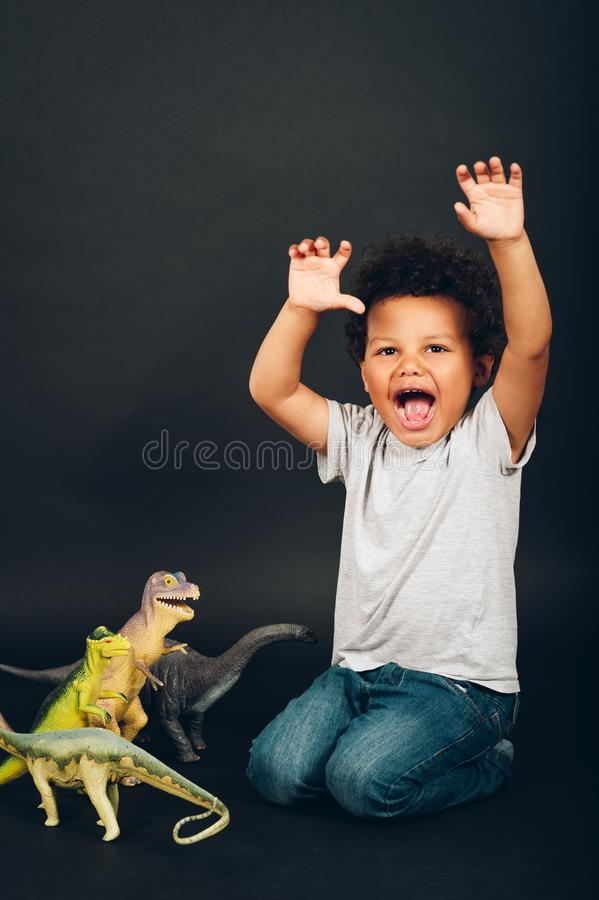 Στούντιο που πυροβολείται του λατρευτού αφρικανικού χρονών αγοριού μικρών παιδιών 2-3 στοκ φωτογραφία με δικαίωμα ελεύθερης χρήσης