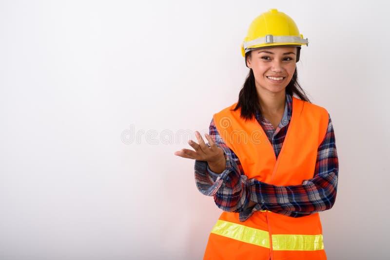 Στούντιο που πυροβολείται του νέου ευτυχούς ασιατικού smili εργατών οικοδομών γυναικών στοκ εικόνες