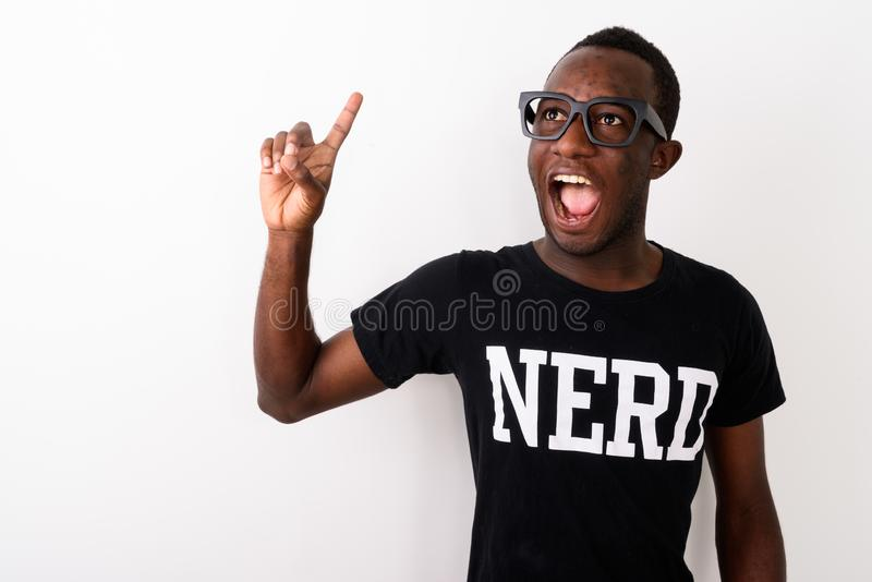 Στούντιο που πυροβολείται του νέου ευτυχούς ατόμου μαύρων Αφρικανών geek με το μεγάλο IDE στοκ εικόνες με δικαίωμα ελεύθερης χρήσης