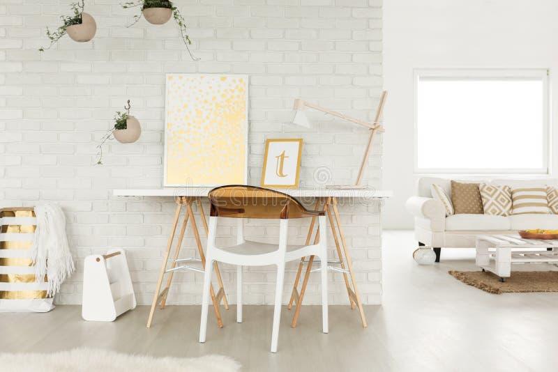 Στούντιο σοφιτών με έναν χώρο εργασίας στοκ φωτογραφία