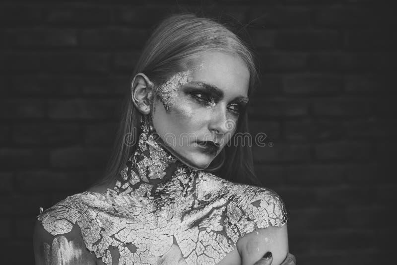 Στούντιο σύνθεσης Χρυσός δημιουργικός αποζημιώνει το κορίτσι αποκριών στοκ εικόνες