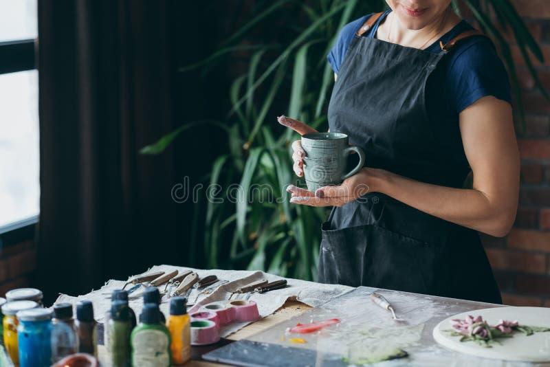 Στούντιο τέχνης γυναικών χαλάρωσης χρονικού υπολοίπου σπασιμάτων στοκ φωτογραφία με δικαίωμα ελεύθερης χρήσης
