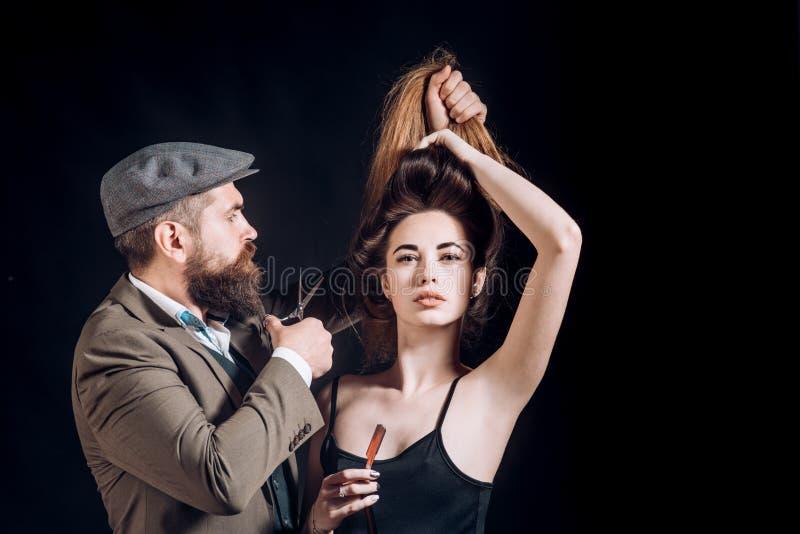 Στούντιο τρίχας Γυναίκα ομορφιάς που παίρνει το κούρεμα από τον κομμωτή στα hairstudios barbershop στοκ φωτογραφία με δικαίωμα ελεύθερης χρήσης