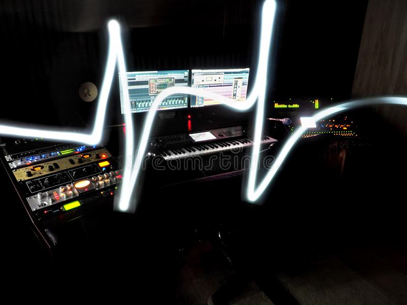 Στούντιο υγιούς καταγραφής με τον εξοπλισμό καταγραφής μουσικής στοκ εικόνες με δικαίωμα ελεύθερης χρήσης