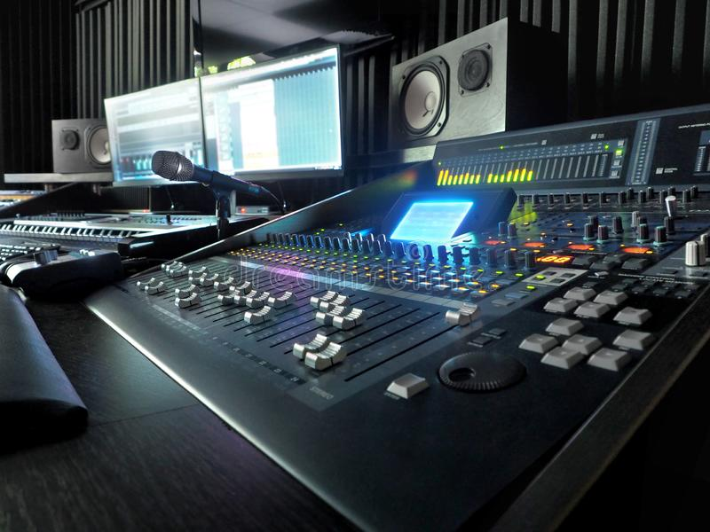Στούντιο υγιούς καταγραφής με τον εξοπλισμό καταγραφής μουσικής στοκ εικόνες