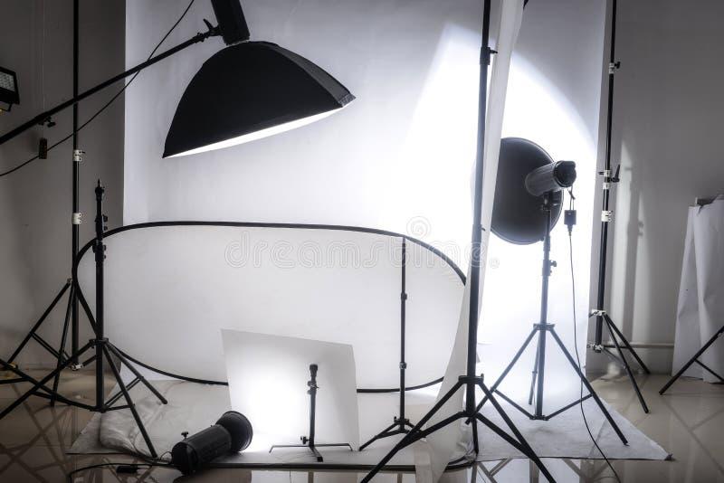 Στούντιο φωτογραφιών με τα φω'τα και το άσπρο υπόβαθρο στοκ εικόνα