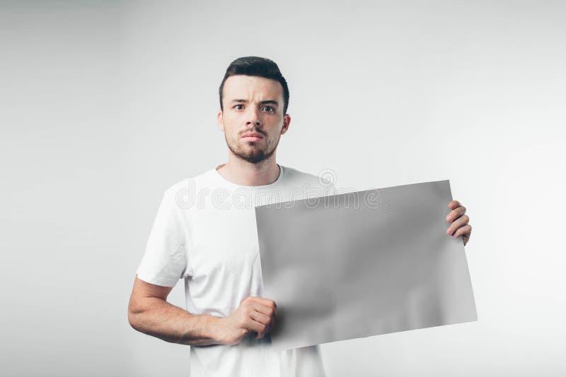 στο άσπρο υπόβαθρο το άτομο κρατά μια αφίσα γενειοφόρο στοκ φωτογραφίες με δικαίωμα ελεύθερης χρήσης