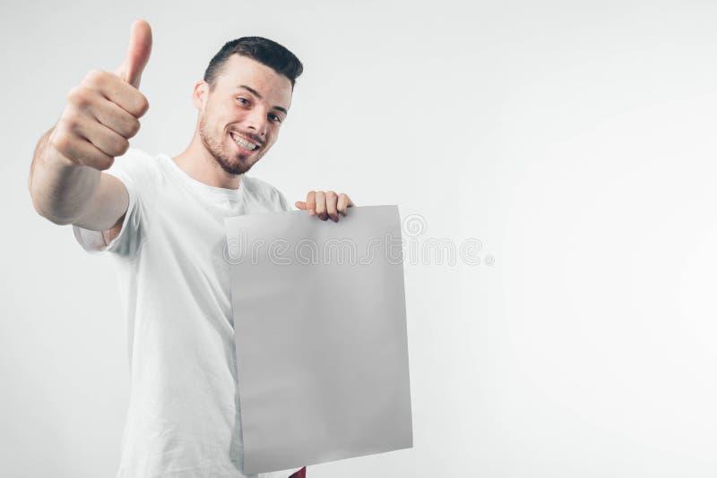στο άσπρο υπόβαθρο το άτομο κρατά μια αφίσα γενειοφόρο στοκ εικόνα