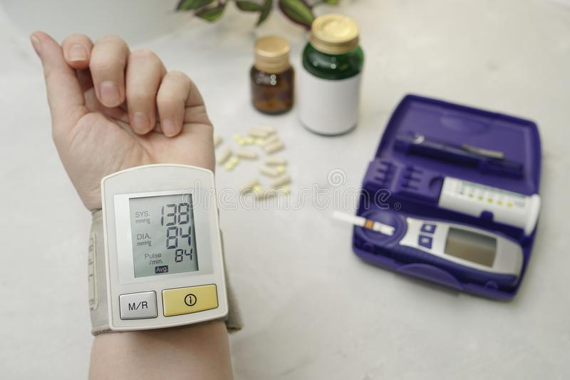 Στο βραχίονα είναι μια ιατρική συσκευή που μετρά τη πίεση του αίματος E στοκ εικόνα
