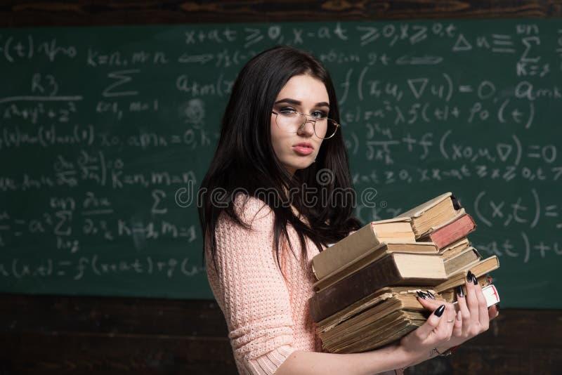 Στο διαγωνισμό Σπουδαστής κοριτσιών που προετοιμάζεται για την εξέταση Άριστος τρυφερός σπουδαστών της μελέτης Επιμελές να προετο στοκ φωτογραφίες