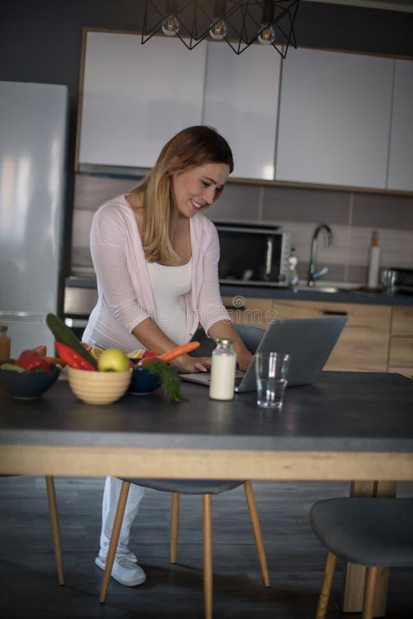 Στο διαδίκτυο μπορείτε να βρείτε όλα τα γεύματα για τις εγκύους γυναίκες στοκ φωτογραφίες
