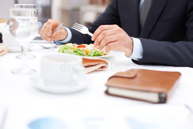 Στο επιχειρησιακό μεσημεριανό γεύμα στοκ εικόνες