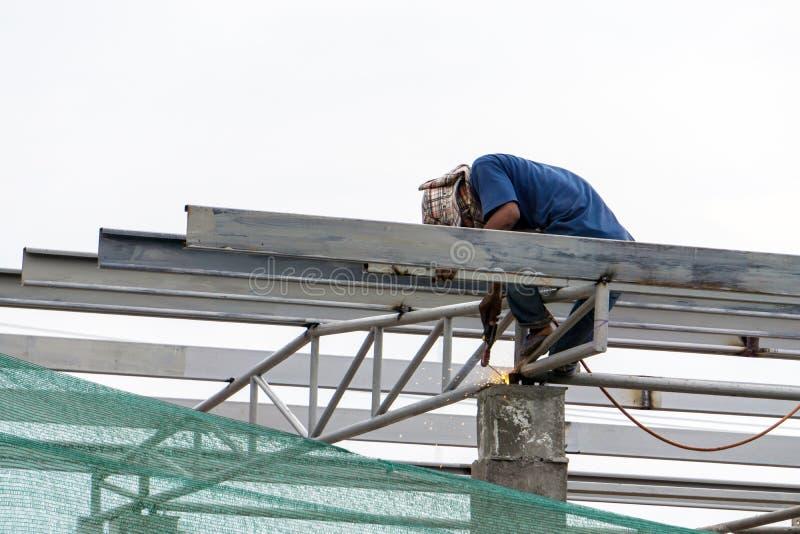 Στο εργοτάξιο οικοδομής, οι εργαζόμενοι συγκόλλησης στην εργασία στοκ εικόνες