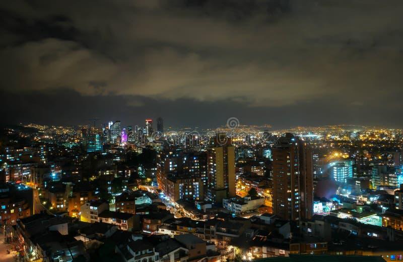 Στο κέντρο της πόλης άποψη οριζόντων νύχτας Bogotà ¡, Κολομβία στοκ εικόνες