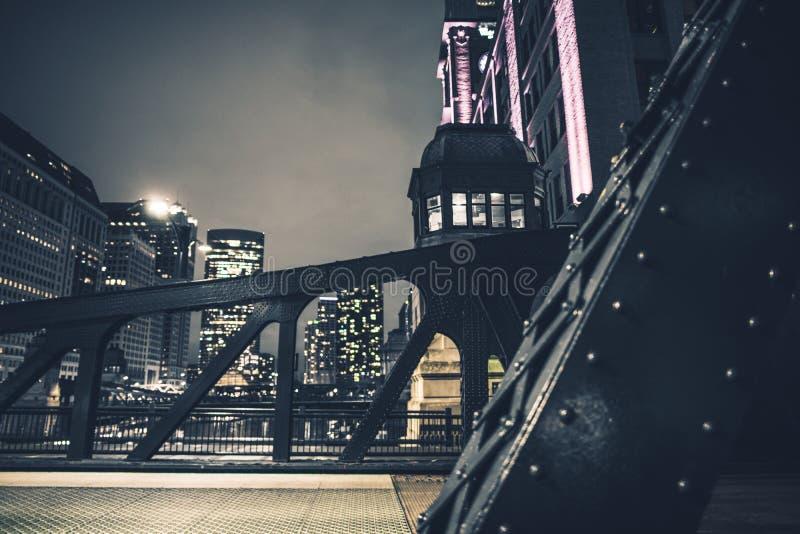 Στο κέντρο της πόλης γέφυρες σιδήρου του Σικάγου στοκ φωτογραφία με δικαίωμα ελεύθερης χρήσης