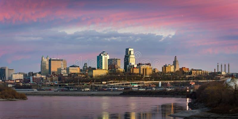 Στο κέντρο της πόλης ηλιοβασίλεμα οριζόντων πόλεων του Κάνσας στοκ εικόνες με δικαίωμα ελεύθερης χρήσης