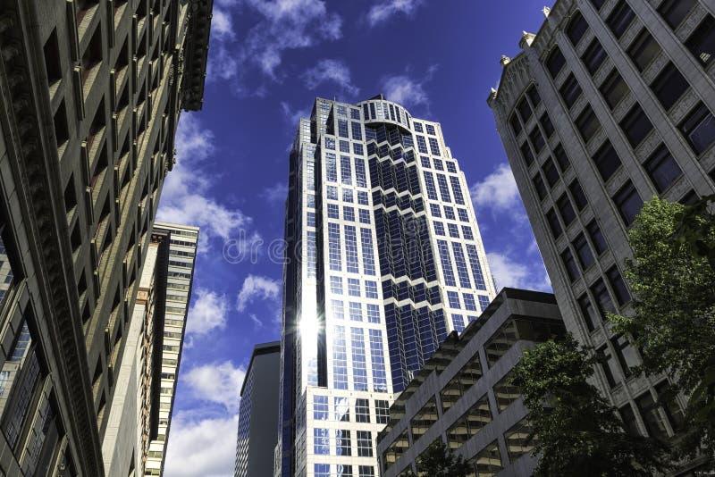 Στο κέντρο της πόλης κτήρια του Σιάτλ και αντανάκλαση ήλιων σε έναν ουρανοξύστη γυαλιού στοκ φωτογραφία με δικαίωμα ελεύθερης χρήσης