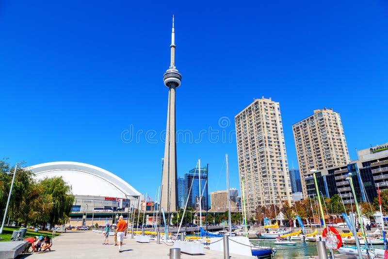 Στο κέντρο της πόλης μαρίνα του Τορόντου με τον πύργο ΣΟ και το κέντρο Rogers στοκ φωτογραφία με δικαίωμα ελεύθερης χρήσης