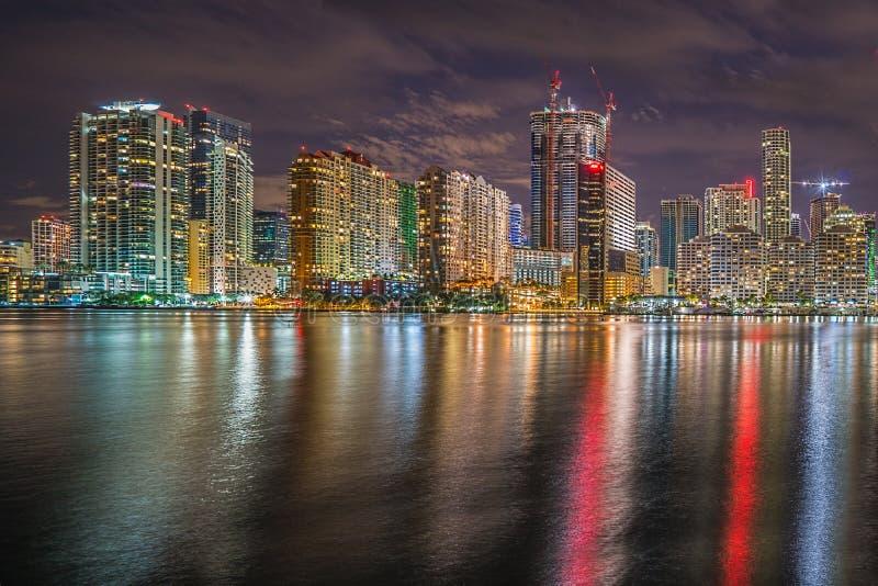 στο κέντρο της πόλης Μαϊάμι Μαϊάμι Αντανάκλαση ουρανοξύστες στοκ φωτογραφία με δικαίωμα ελεύθερης χρήσης