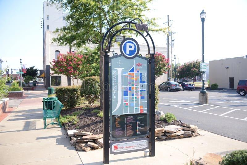 Στο κέντρο της πόλης οδηγός πόλεων Jonesboro Αρκάνσας στοκ εικόνες με δικαίωμα ελεύθερης χρήσης