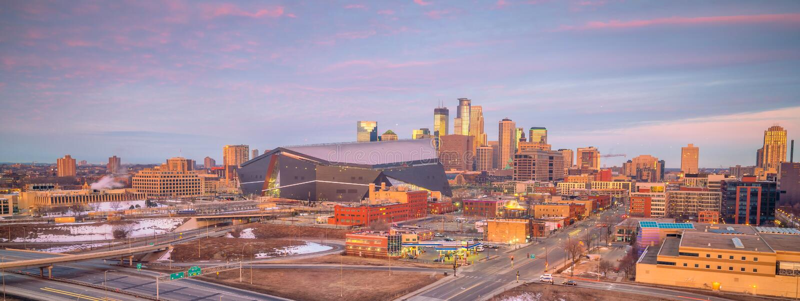Στο κέντρο της πόλης ορίζοντας της Μινεάπολη σε Μινεσότα, ΗΠΑ στοκ εικόνα με δικαίωμα ελεύθερης χρήσης