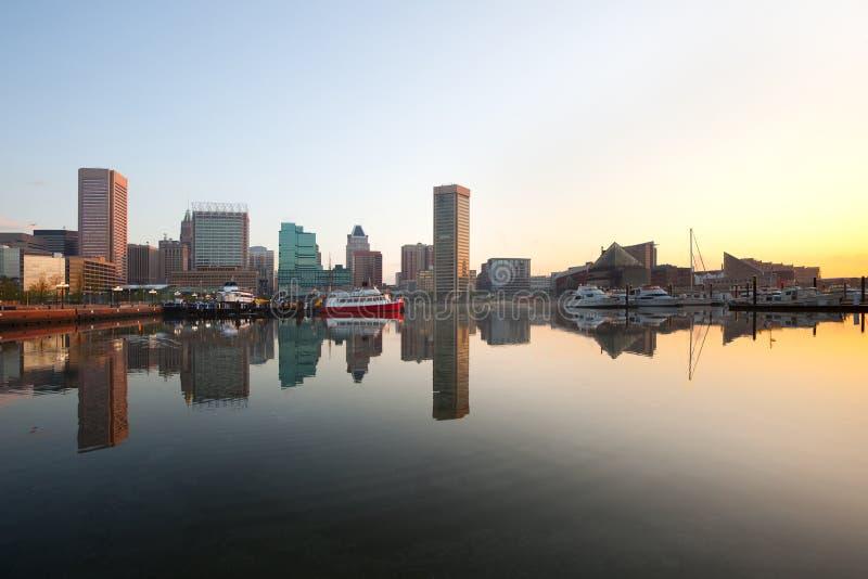 Στο κέντρο της πόλης ορίζοντας πόλεων και εσωτερικό λιμάνι στην αυγή στη Βαλτιμόρη στοκ εικόνα με δικαίωμα ελεύθερης χρήσης