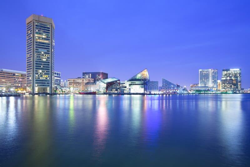 Στο κέντρο της πόλης ορίζοντας πόλεων και εσωτερικό λιμάνι τη νύχτα στοκ φωτογραφίες με δικαίωμα ελεύθερης χρήσης