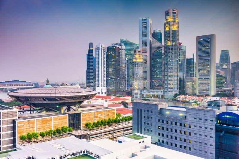 Στο κέντρο της πόλης ορίζοντας της Σιγκαπούρης με το κτήριο ανώτατου δικαστηρίου στοκ φωτογραφία με δικαίωμα ελεύθερης χρήσης