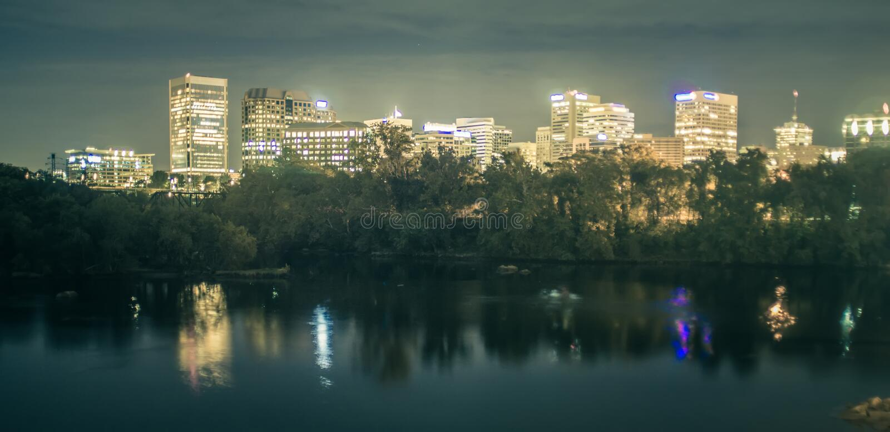 Στο κέντρο της πόλης ορίζοντας του Ρίτσμοντ, Βιρτζίνια, ΗΠΑ στον ποταμό του James στοκ εικόνες