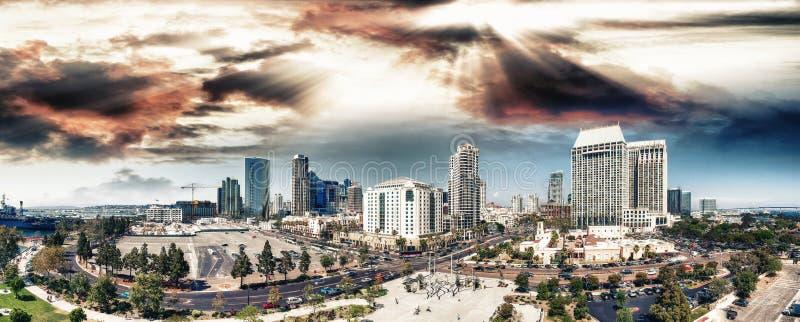 Στο κέντρο της πόλης ορίζοντας του Σαν Ντιέγκο, εναέρια άποψη στο ηλιοβασίλεμα στοκ φωτογραφίες