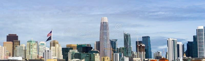 Στο κέντρο της πόλης ορίζοντας του Σαν Φρανσίσκο με τα παλαιά κτήρια στη αριστερή πλευρά, εναντίον νέων στη δεξιά πλευρά στοκ φωτογραφία