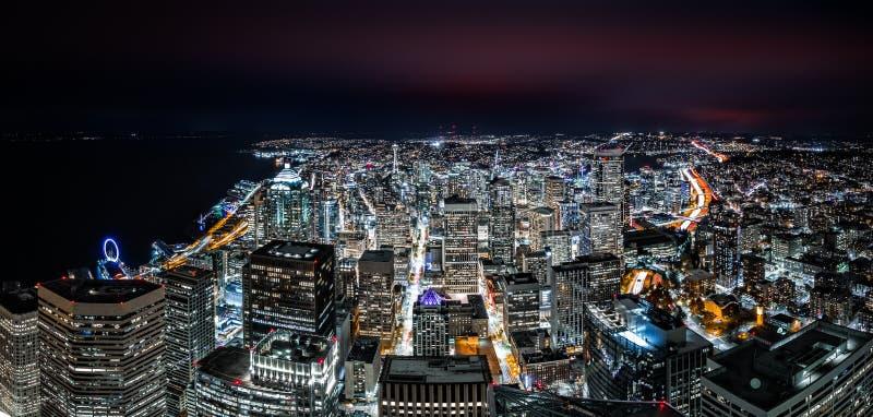 Στο κέντρο της πόλης ορίζοντας του Σιάτλ τή νύχτα στοκ φωτογραφία