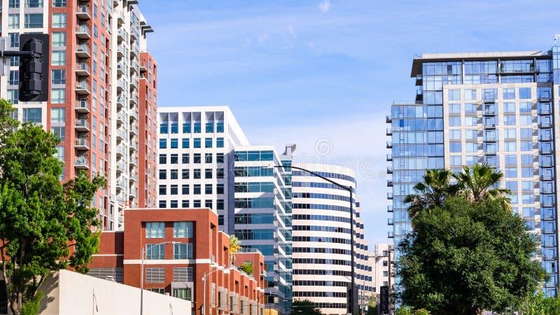 Στο κέντρο της πόλης ορίζοντας του San Jose, με τις κατοικημένες υψηλές ανόδους και τα σύγχρονα κτίρια γραφείων  Σίλικον Βάλεϊ, Κ στοκ φωτογραφία