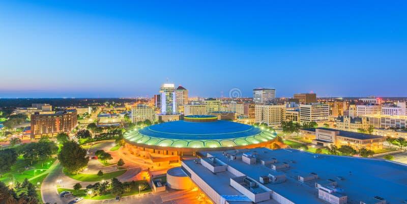 Στο κέντρο της πόλης ορίζοντας του Wichita, Κάνσας, ΗΠΑ στο σούρουπο στοκ φωτογραφία