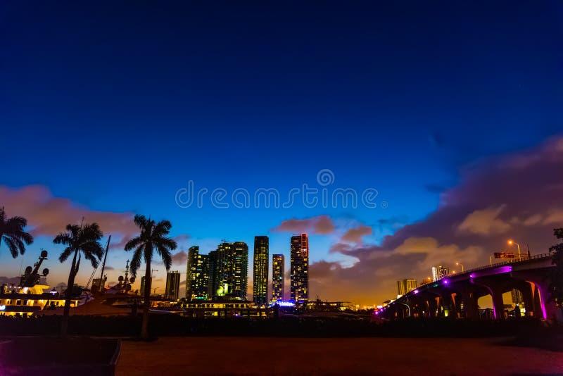 Στο κέντρο της πόλης υπερυψωμένο μονοπάτι του Μαϊάμι και MacArthur τη νύχτα στοκ φωτογραφία με δικαίωμα ελεύθερης χρήσης