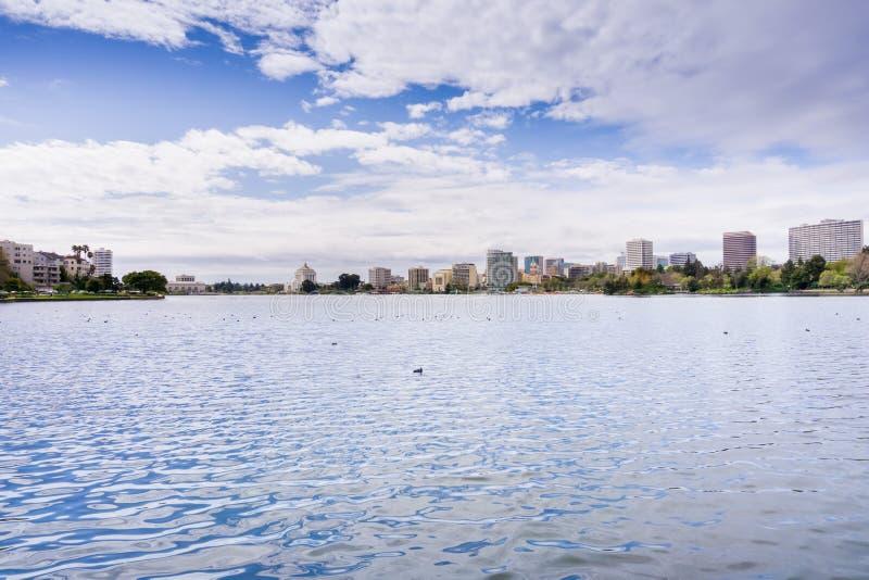 Στο κέντρο της πόλης Όουκλαντ όπως βλέπει από πέρα από τη λίμνη Merritt μια νεφελώδη ημέρα άνοιξη, περιοχή κόλπων του Σαν Φρανσίσ στοκ εικόνα