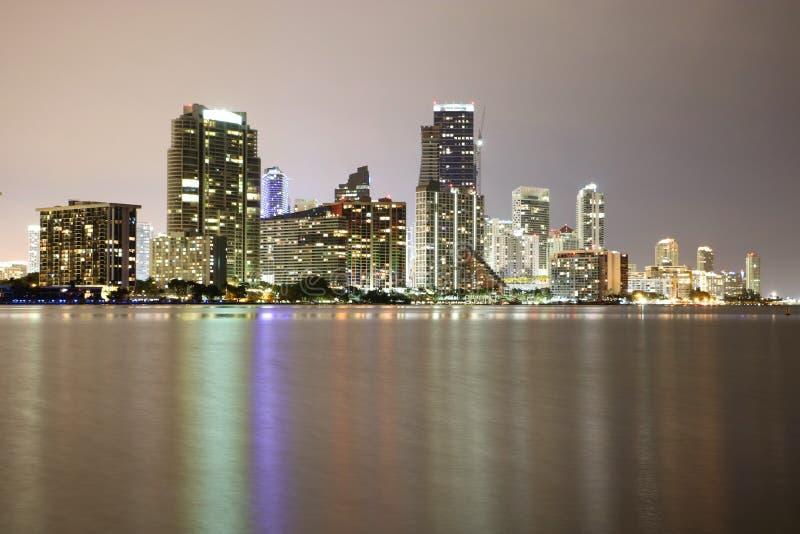 Στο κέντρο της πόλης Μαϊάμι τη νύχτα στοκ φωτογραφία με δικαίωμα ελεύθερης χρήσης