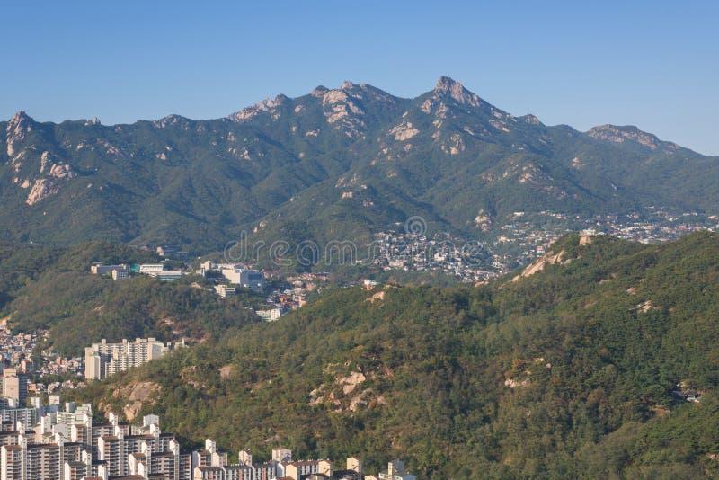 Στο κέντρο της πόλης ορίζοντας και βουνά στην πόλη της Σεούλ, Νότια Κορέα στοκ φωτογραφία με δικαίωμα ελεύθερης χρήσης