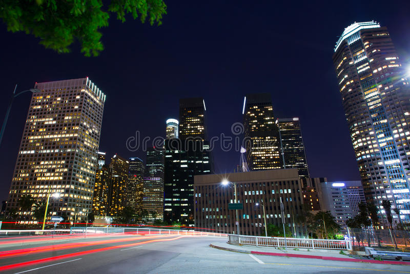 Στο κέντρο της πόλης ορίζοντας Καλιφόρνια ηλιοβασιλέματος του Λος Άντζελες νύχτας Λα στοκ φωτογραφίες