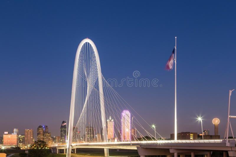 Στο κέντρο της πόλης ορίζοντας του Ντάλλας με τη γέφυρα λόφων καλυβών της Margaret τη νύχτα στοκ εικόνα με δικαίωμα ελεύθερης χρήσης