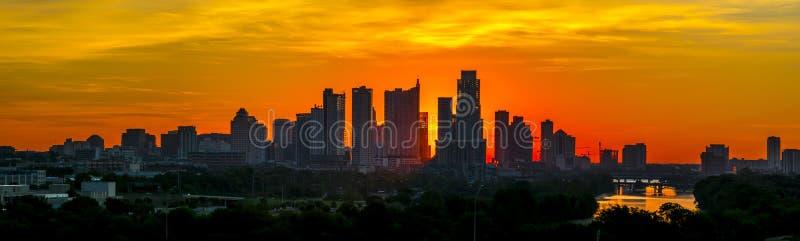 Στο κέντρο της πόλης πύργοι σκιαγραφιών ανόδου ήλιων του Ώστιν Τέξας πανοραμικοί στοκ φωτογραφίες