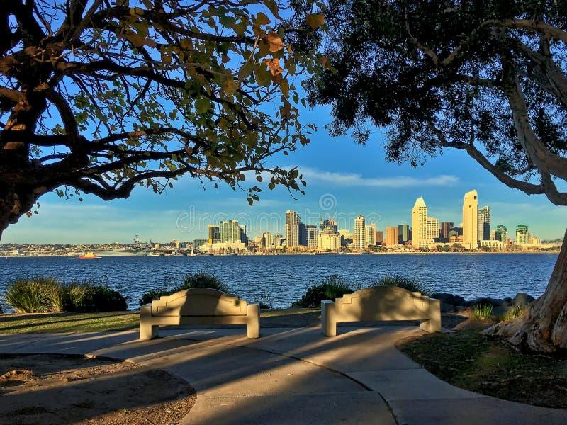 Στο κέντρο της πόλης Σαν Ντιέγκο από το πάρκο Bayview σε Coronado, Καλιφόρνια, ΗΠΑ στοκ εικόνες με δικαίωμα ελεύθερης χρήσης
