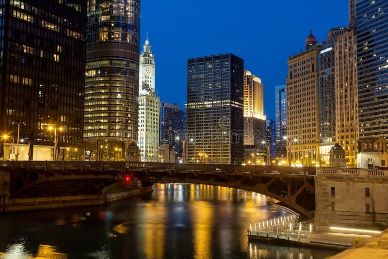 Στο κέντρο της πόλης Σικάγο, ο ποταμός του Σικάγου, και το Riverwalk στο σούρουπο στοκ φωτογραφία