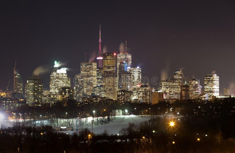 Στο κέντρο της πόλης Τορόντο τη νύχτα το χειμώνα στοκ εικόνα
